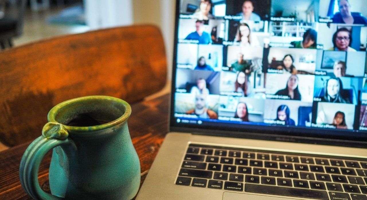Cours en ligne visible sur un ordinateur portable